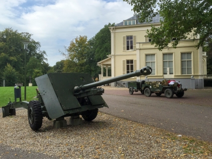 17 Pounder anti-tank gun and re-enactor vehicle outside the Airborne Museum Hartenstein. This gun was part of X-Troop of the 2nd Airlanding Anti-Tank Battery, arriving by glider on September 18 at Landing Zone X between Wolfheze and Renkum. It took up several positions in the area north of the railway to support the advance of the 156th and 10th Battalions The Parachute Regiment along the Northern route into Arnhem, before being withdrawn to Oosterbeek. The crew managed to defend their position until the night of the withdrawal on September 25th/26th, 1944. They then buried the breech block, remaining ammunition and drained oil from the recoil cylinder. All the crew except for one wounded gunner managed to reach safety on the opposite bank of the river Rhine. Photo: Julian Tennant