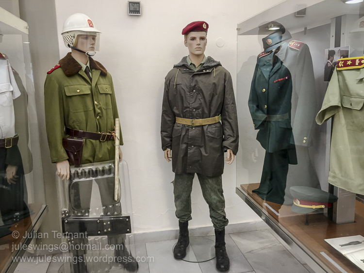 Uniforms worn by PPVB and OZU (ie. Red berets) circa 1989