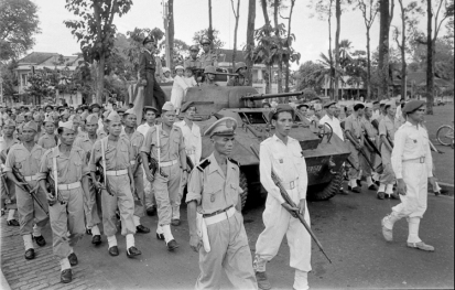 Soldiers of the Vietnamese National Army accompany the casket of General Trình Minh Thế during his funeral procession in Saigon in May 1955. Photo: Harrison Forman LIFE Magazine.