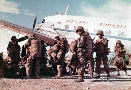 Paratroopers of 1 BPL boarding aircraft at the Séno base.