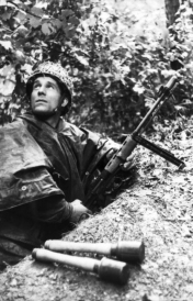 German paratrooper with Fallschirmjäger-Gewehr 42 (FJG 42) and stickgrenades. France. June 1944. Photo: Arthur Grimm. Source: Bundesarchiv Bild 101I-738-0289-18