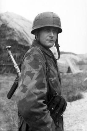 Portrait of a Fallschirmjäger with MP-40. France 1944. Photo: Höss Bundesarchiv Accession Number: Bild 101I-680-8254-10A 101I-680-8254-10A