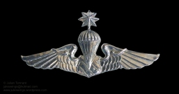 Metal variation of the Thai Police Parachutist Second Class wing. This style is also sometimes seen being worn on the berets of PARU advisors whilst deployed to Laos.