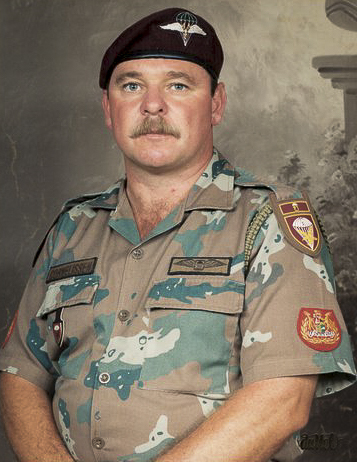 WO1 Cornelissen wearing the 'Soldier 2000' camouflage uniform circa 2002. Along with the embroidered PJI wing he is wearing the instructor's lanyard along with the 1 Parachute Battalion shoulder flash and 'higher headquarters' bar. His beret features the second type 1 Para Bn badge worn from 1985.